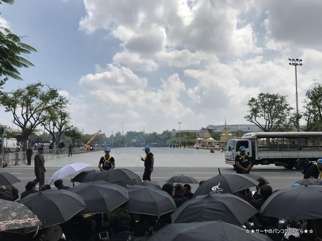 故プミポン前国王 火葬式 王宮前広場 参列 (14)