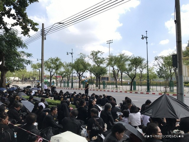 故プミポン前国王 火葬式 王宮前広場 参列 (13)