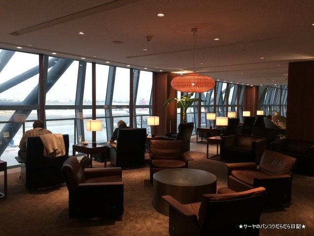 Cathay Pacific First and Business Class Lounge (2)