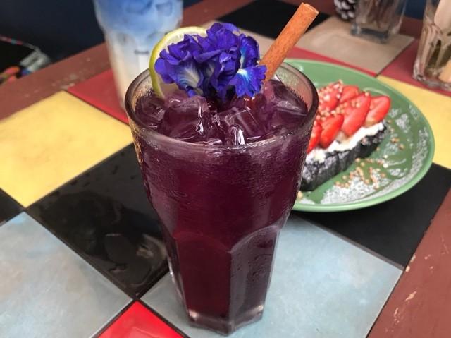 Blue Whale Cafe バンコク 青いラテ 流行 バンコク 人気