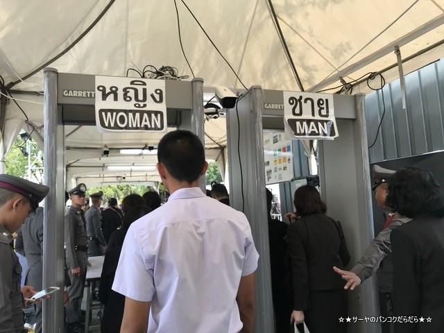 故プミポン前国王 火葬式 王宮前広場 参列 (8)