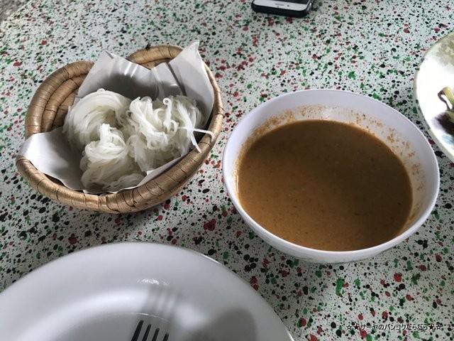 Khun Bi Khanom Chin Sot カノムジーン タイ料理 行列 大人気 (5)