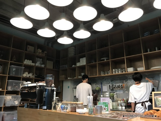 library バンコク カフェ 人気 ライブラリー 店内