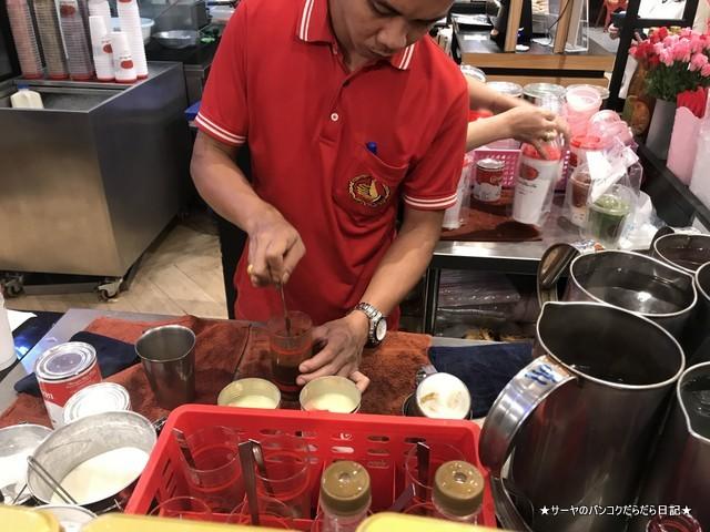 タイミルクティーの老舗 Cha Tra Mue 作ってる