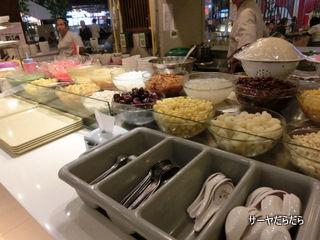 food cort at ekkamai gateway 5