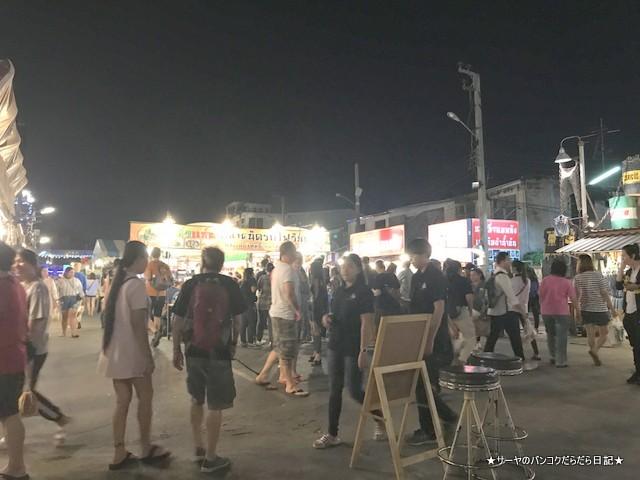 ラチャダー ナイトマーケット ドデカ料理 行列 タイ料理