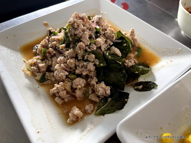 Somneuk grilled chicken ソムヌックガイヤーン タイ料理 (8)