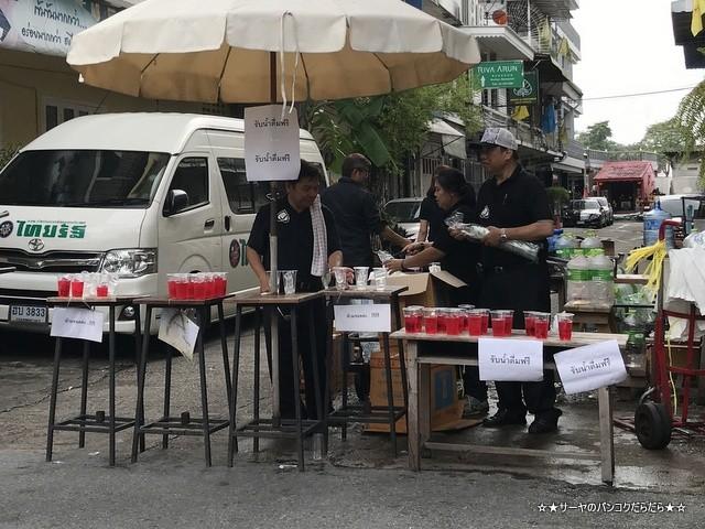 故プミポン前国王 火葬式 王宮前広場 参列 (21)