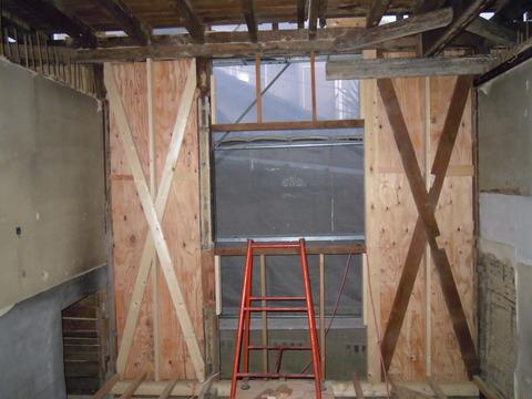計画図を基に壁を補強