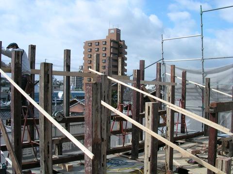 木材を再利用して小屋組み