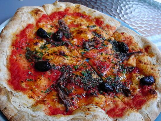 ラッフルズコートヤードのピザ