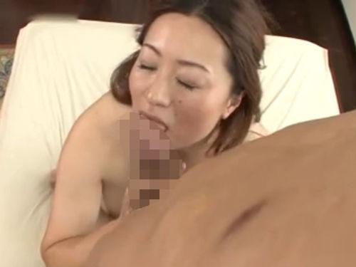 若い男の肉棒を貪る欲求不満な段腹熟女!