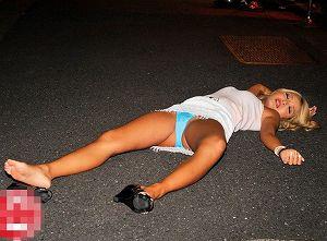 ギャルがパンツ丸出しで路上泥酔寝落ち!?昏睡中に媚薬付きバイブを挿れられ強烈快感に潮吹き・お漏らしw