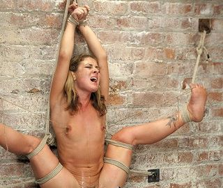 (外国人)ちぎれんばかりのチクビ責め、逆さ吊り全身完全縛り。白肌に食い込む縄・吊り緊縛カネ髪雌指導