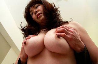 HOTELのマッサージ師が何と美巨乳のバツイチ美人妻で際どいところをもまれ股間が一気にボッキwwwwww