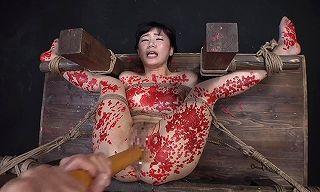 拷問の激痛に泣き叫ぶ。背面合掌吊りの鞭責めで喘ぐあくめ、空中ファックに半狂乱