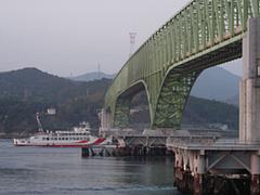 大島大橋をクグル松山行きフェリー