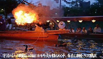 宇治川:「鵜飼」川面にかがり火が揺らめく中、自在に綱をさばく鵜匠