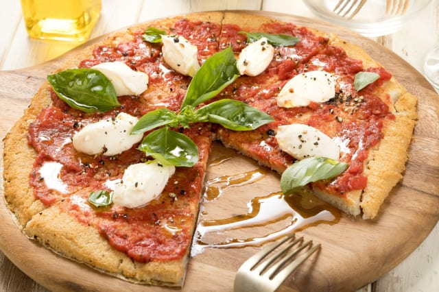 ピザって何で高いの?小麦粉とチーズやん