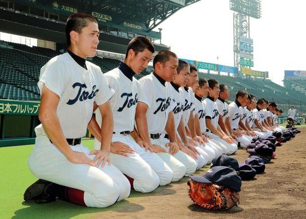 【画像】甲子園見学で鳥羽(京都)の選手がグラウンドに正座→土下座 監督「重心を低くする練習」