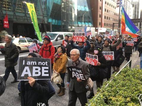 反安倍デモ常連者「アベハヤメロのコールを誰も無視できない。多くの通行人がデモ隊を横目で見ていた」
