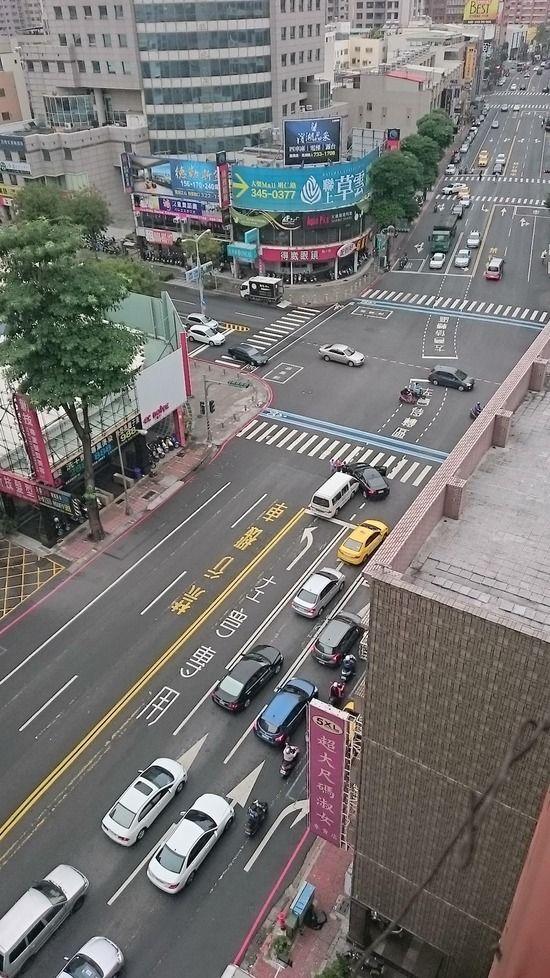 【画像】台湾人さん、家の前でガチ交通事故が発生wwwwwww