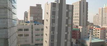 【韓国】傾き始めて話題の釜山新築ビル「補強工事すれば大丈夫」と工事中に大型連休を満喫してしまった結果⇒「現場行ったらもっと傾いてたwwwww」