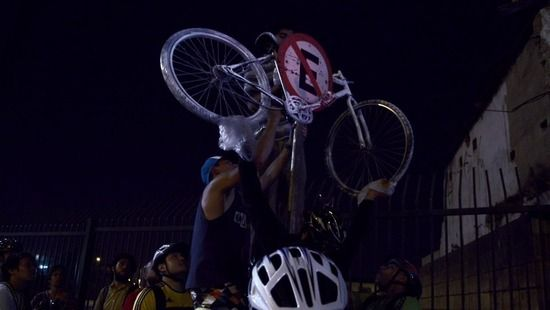 【動画あり】道路は車カスだけのもの?「チャリカス VS 車カス」映画『Bikes VS Cars』の上映会が行われるwwwww