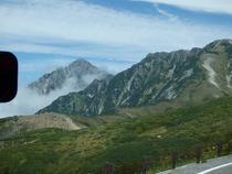 ①バスの中からの剣岳