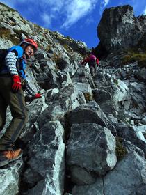 ⑪険しい登山道