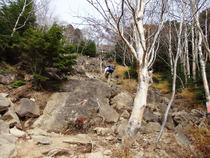 ⑬厳しい登山道
