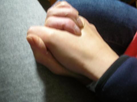 手を握ろう