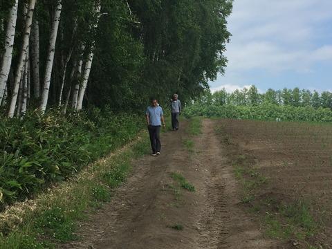 畑侵入を注意されトボトボと出てくる日本人男性2人組
