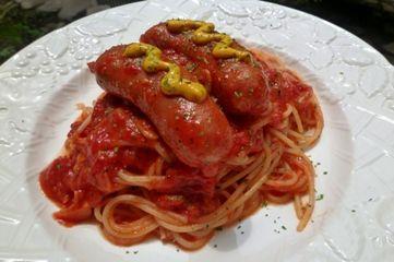 大きなソーセージのトマトソーススパゲティー