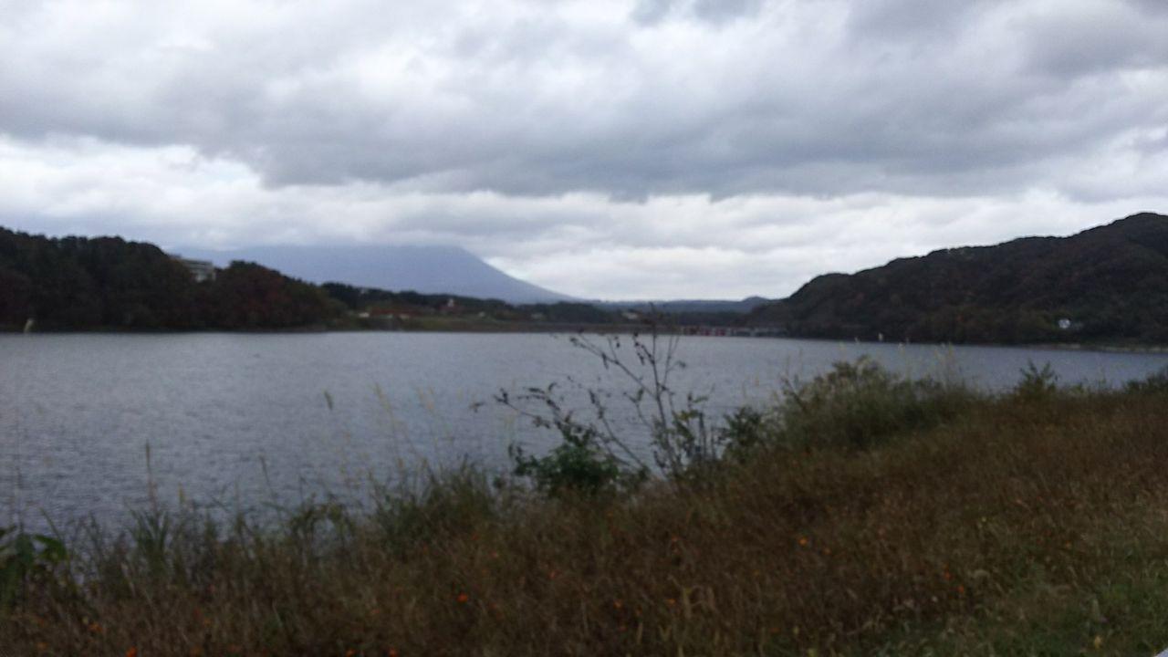 ダム湖の周辺まで走る