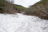 数百メートル雪渓を歩くところも