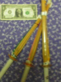1ドル紙幣と竹刀
