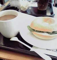 ツナ&オニオン&レタスのベーグルとコーヒー