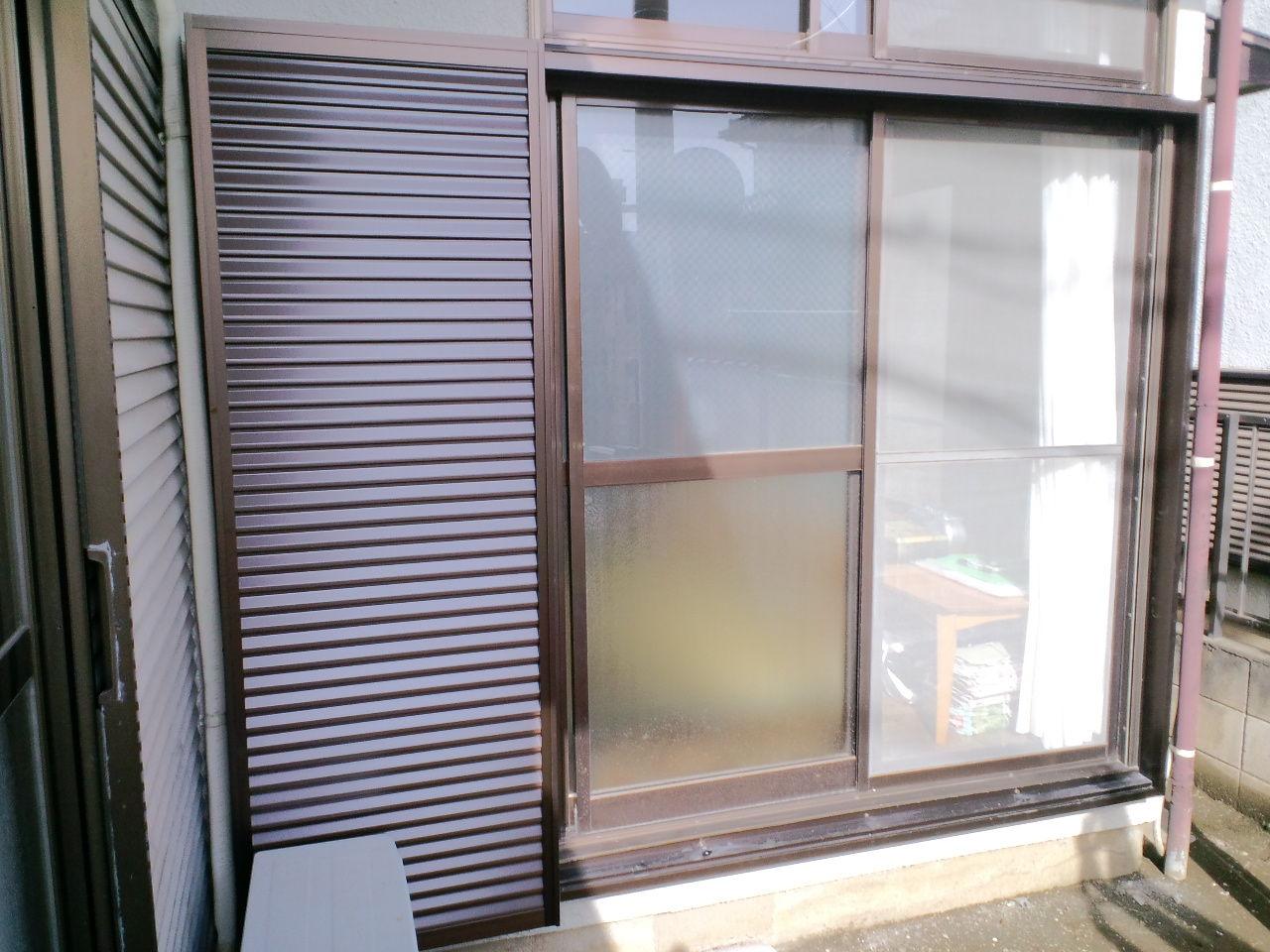 戸袋を取り付けるスペースが狭かったので、戸袋と雨戸を特注で幅を狭くして、... 大川ガラス 工事
