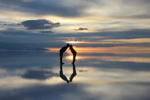 ウユニ塩湖で反射写真