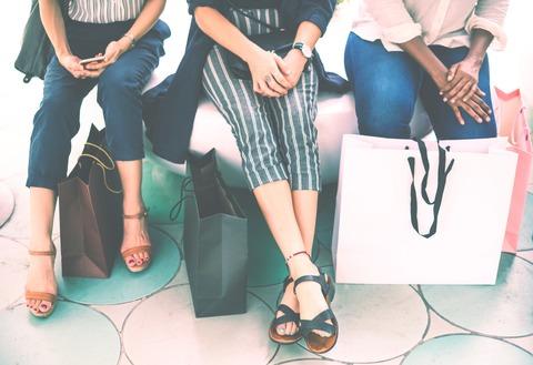 買い物袋と人