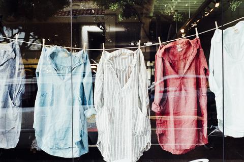 洗濯バサミで挟まれた洋服