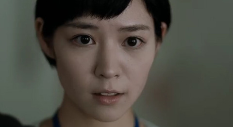 険しい表情の吉谷彩子
