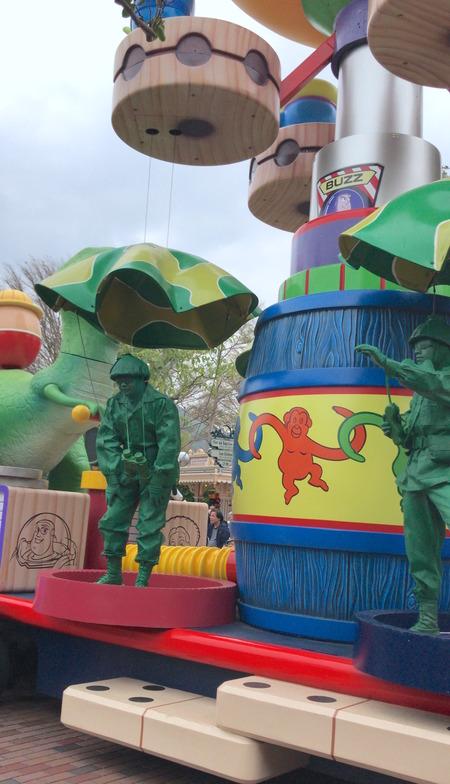 香港ディズニー おかしなパレード 空飛ぶ兵士