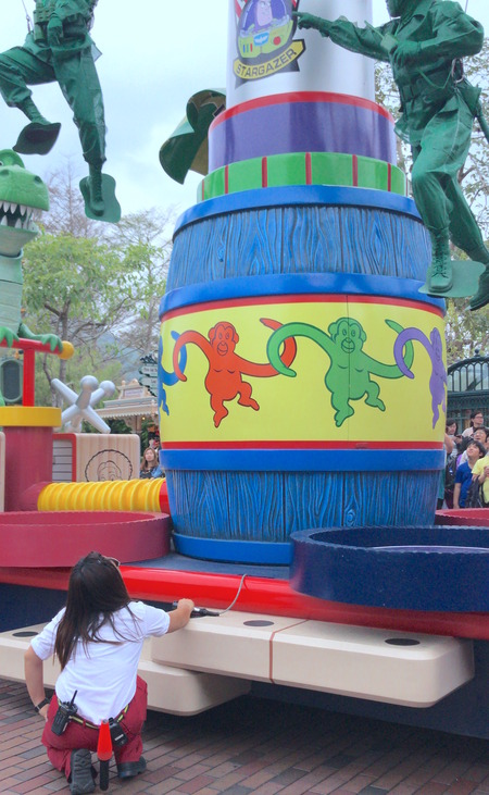 香港ディズニー おかしなパレード 空島兵士 をコントロールする人