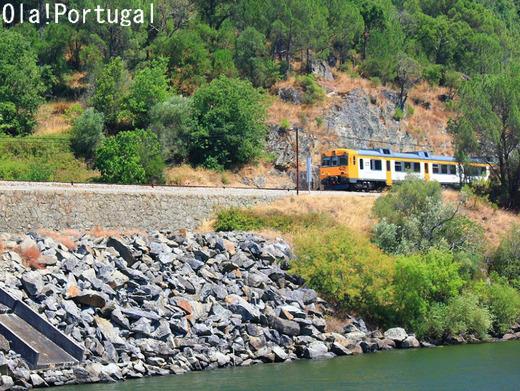 世界の車窓から~ポルトガル・ドウロ川を走るCPのローカル線~