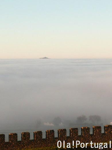 雲海の中のエヴォラモンテ城