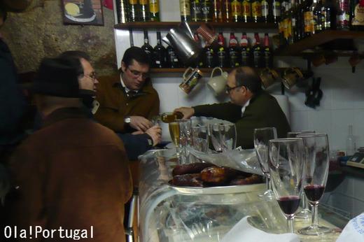 ポルトガルのバルでワインを立ち飲み