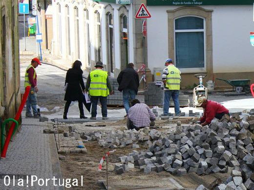 ポルトガルの石畳修理の様子