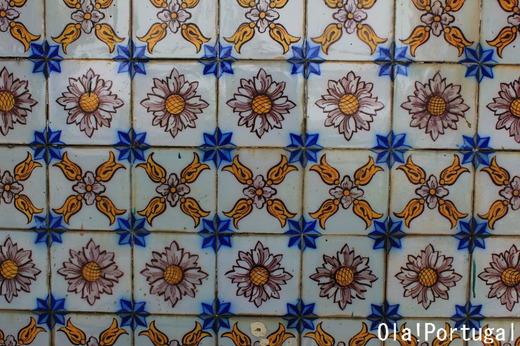 駅を彩るポルトガルの伝統の絵付けタイル:アズレージョ